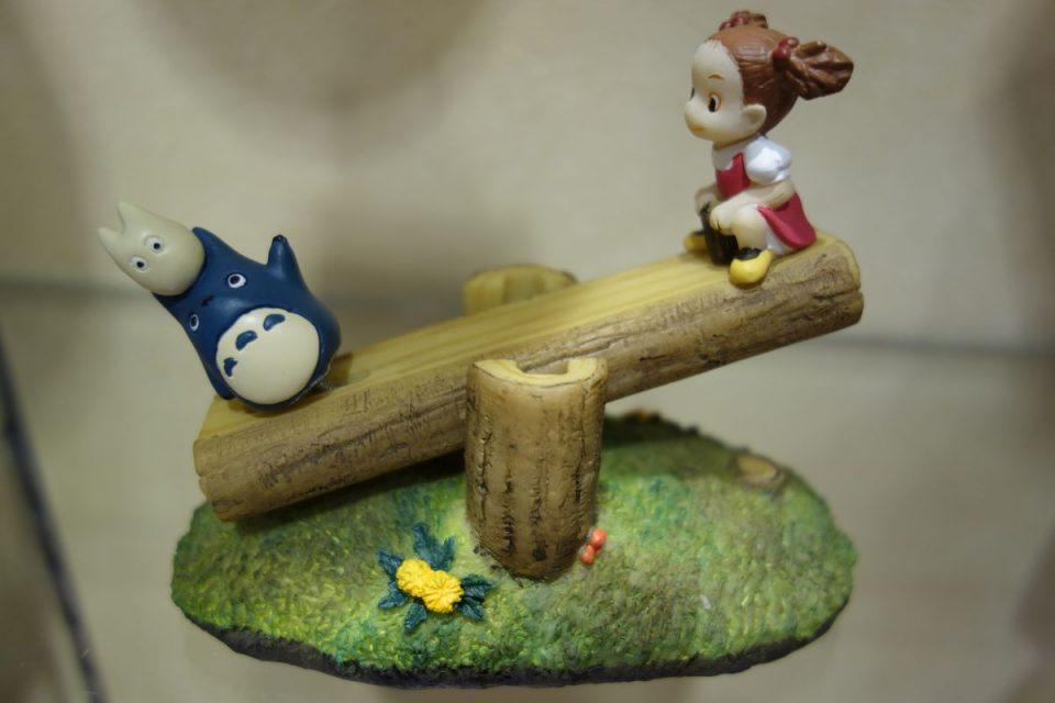 Chibi- und Chuu-Totoro und Mei beim Wippen