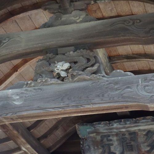 Holzornanament an einem Schrein