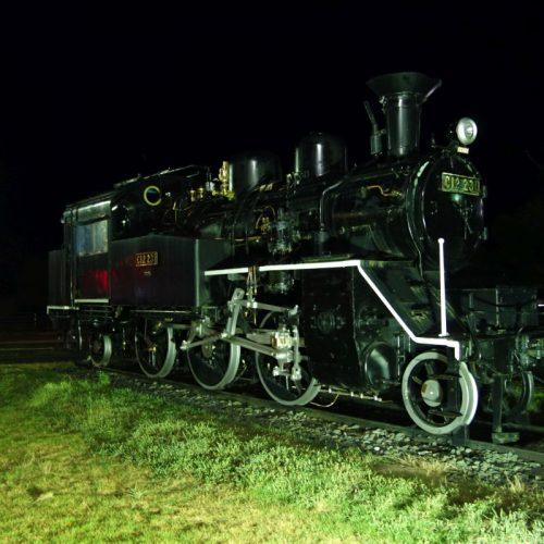 Lok am Bahnhof Uchiko bei Nacht
