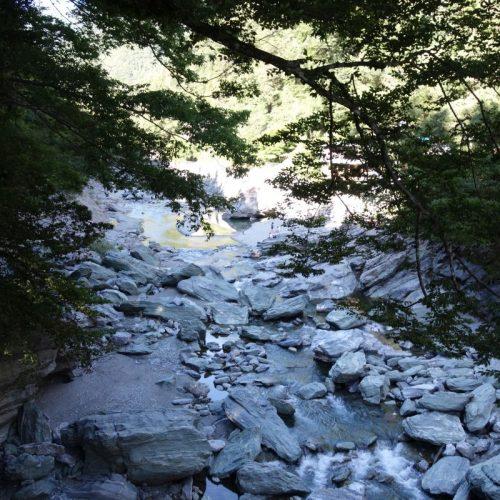 Fluss unter der Kazurabashi