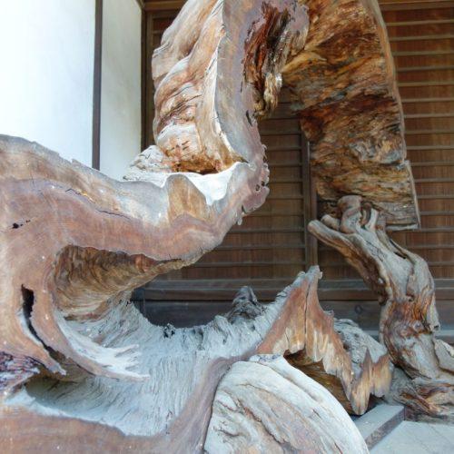 Holzkunstwerk im Tempel