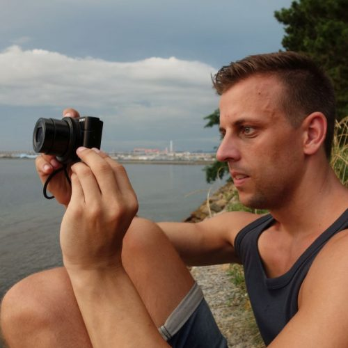 Sven beim Fotografieren am Hafen