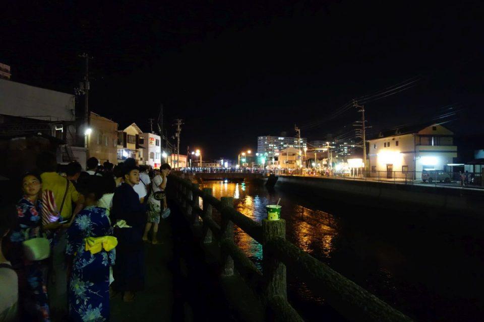 Geordnete Menschenschlangen bei Nacht