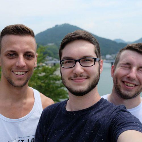 Gruppenfoto wo alle ganz normal schauen