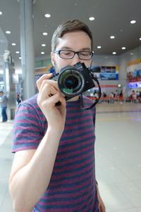 Mann mit Kamera in der Hand