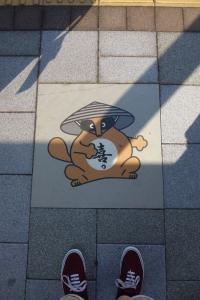 Fußbodengrafik an Bushaltestelle #1