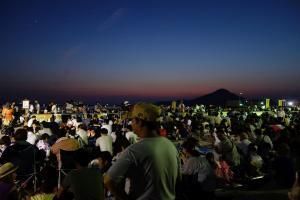 Menschenmenge, welche das Feuerwerk erwartet